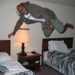 Il salto sul letto che ti fa conoscere gli alberghi del mondo